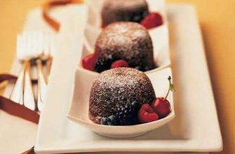 Десерт из двух видов шоколада с жидкой начинкой