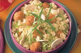 Салат из макарон со свиными фрикадельками