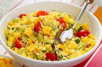 Салат с рисом, помидорами черри и сыром