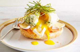 Яйца Бенедикт с копчёным лососем и сыром Бри